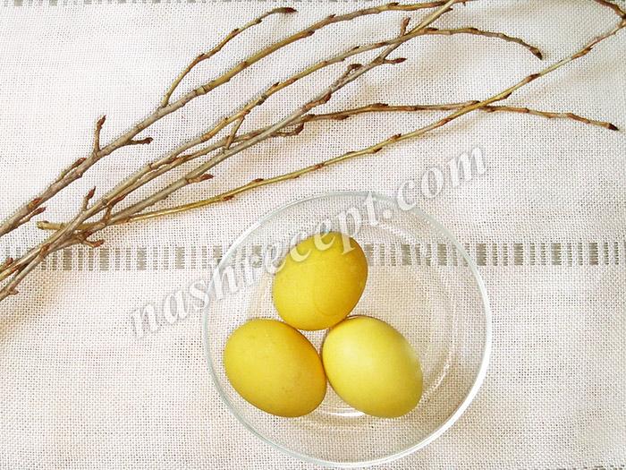 желтые пасхальные яйца, крашенные веточками тополя