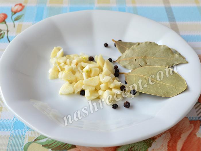 чеснок и специи для маринования шампиньонов