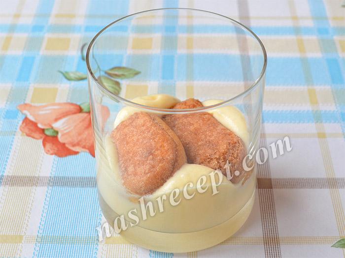 выкладываем крем и бисквитное печенье в стакан