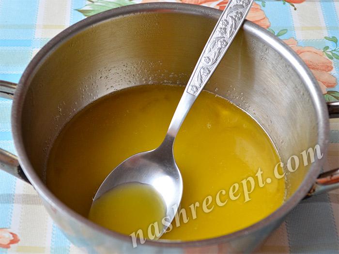 растопленное масло для шоколадных куличей