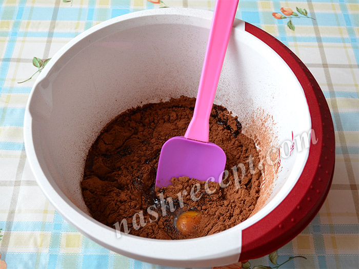 всыпаем какао в тесто для куличей