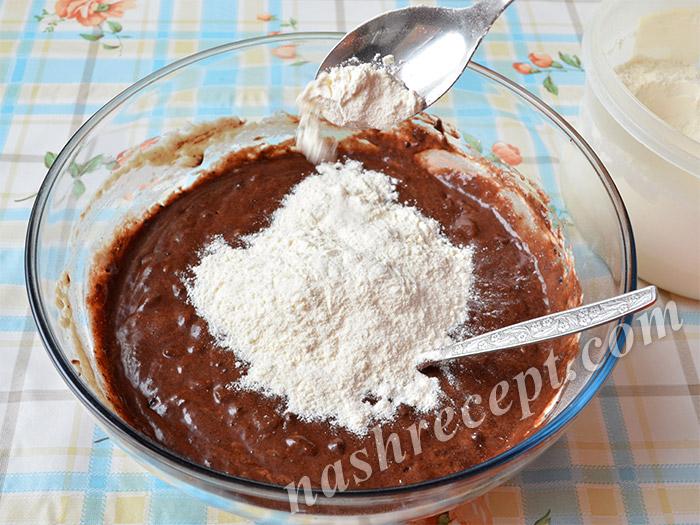 добавляем муку в шоколадное тесто для куличей