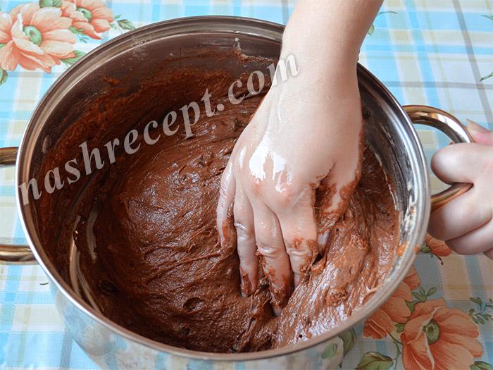 обминаем и вымешиваем шоколадное тесто для куличей