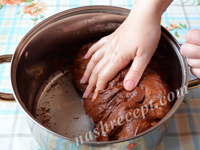 вымешиваем тесто для шоколадных куличей