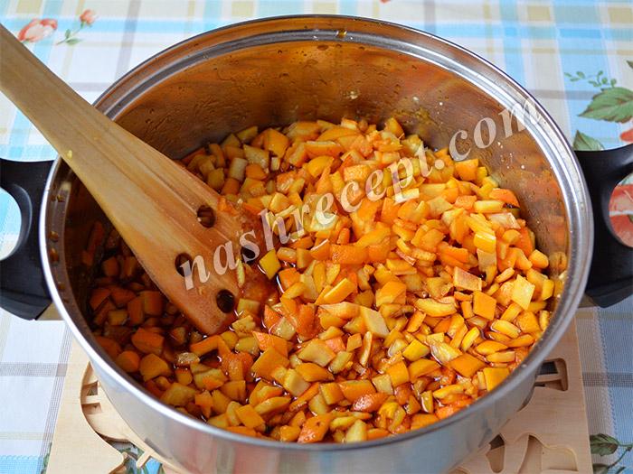 апельсиновые корки всыпаем в сахарный сироп