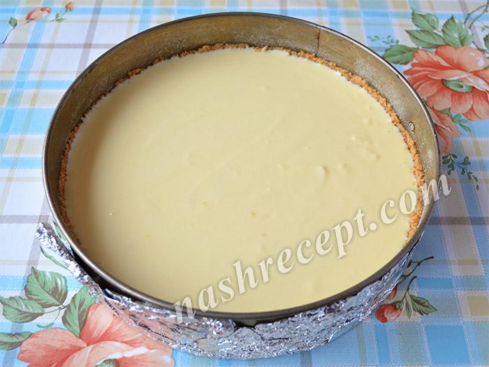 начинку из рикотты переливаем в форму с основой из печенья