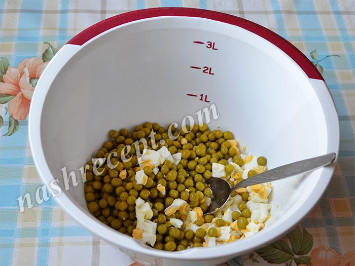 яйца и зеленый горошек для салата Свинья