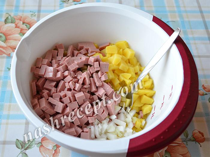 салат Свинья: нарезаем колбасу и лук