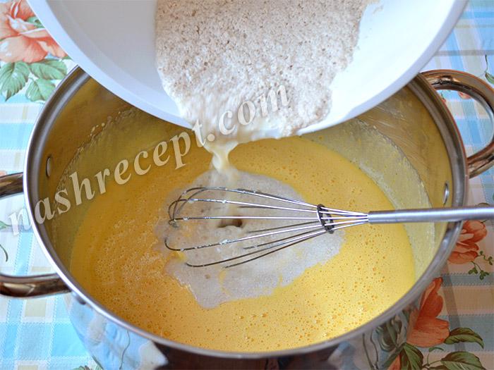 Добавляем опару в тесто для кокосовых куличей