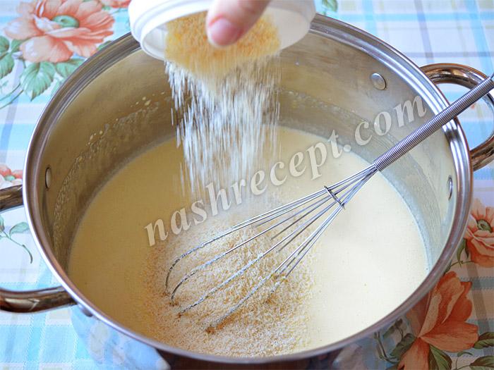 Всыпаем кокосовую стружку в тесто для куличей